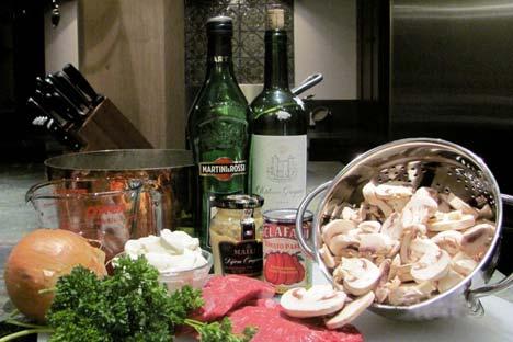 """Прави бифтек """"Строганов"""" треба служити са динстаним кромпирима и киселим краставчићима, црним вином, или са чашицом охлађене вотке – што би било по укусу грофа Павла. Фотографија: Џенифер Јеремејева."""
