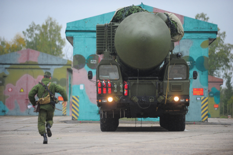 """Ракетниот комплекс """"Јарс"""" со интерконтинентална балистичка ракета РС-24 излегува од хангар во Ивановската области. Извор: ИТАР-ТАСС."""