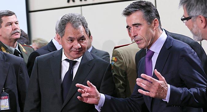"""Министар Шојгу је поклонио генералном секретару НАТО-а Расмусену хохломски сувенир """"који може добро доћи као заштита од изазова судбине"""". Извор: AFP / East News."""