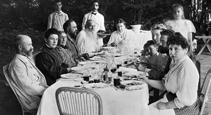 """После духовног преображаја оца породице, уобичајене кулинарске навике Толстојевих знатно су се промениле. Извор: РИА """"Новости""""."""