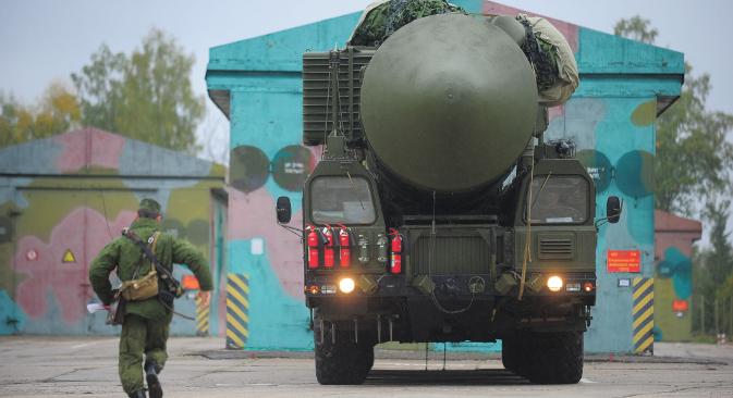"""Ракетни комплекс """"Јарс"""" са интерконтиненталном балистичком ракетом РС-24 излази из хангара у Ивановској Области. Извор: ИТАР-ТАСС."""