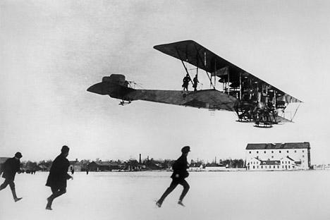"""12. фебруара 1914. авионом """"Иља Муромец"""" полетело је 16 људи, а 17. јуна обављен је лет на релацији Санкт Петербург - Кијев. Извор: ИТАР-ТАСС."""