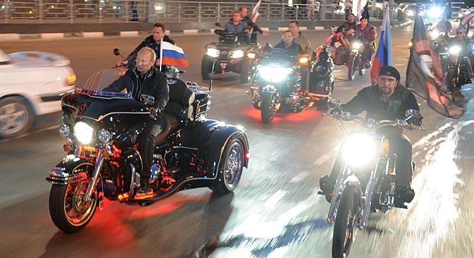 """Владимир Путин у акцији са """"Ноћним вуковима"""". Извор: AP."""