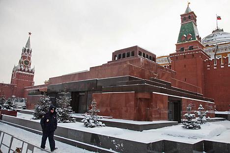Лењинов маузолеј је део ансамбла Московског кремља. Монументална грађевина је направљена од црвено-црног гранита, порфира и црног месечевог камена. Извор: ИТАР-ТАСС.
