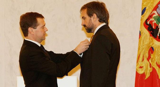 Дмитриј Медведев награђује Хермана Панцигера  Орденом пријатељства (2009), највишим признањем које Руска Федерација додељује страним држављанима. Извор: kremlin.ru.