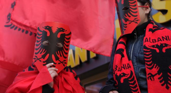 Млади косовски Албанци носе маске са мотивима албанске заставе на обележавању 100 година независности Албаније у Приштини. Извор: Reuters.
