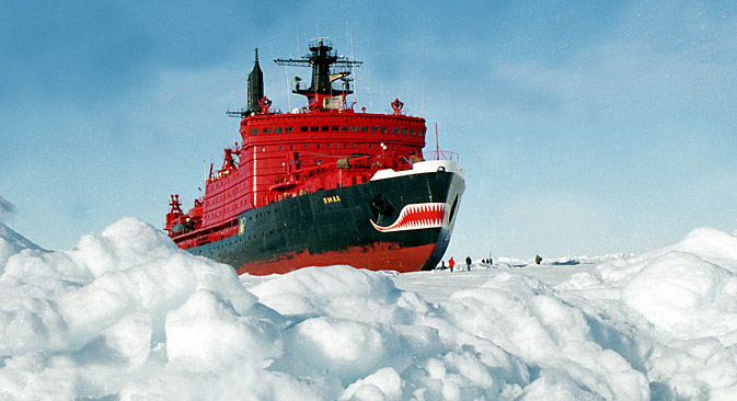 """Ледоломац """"Јамал"""" (1992). """"Јамал"""" је поставио рекорд у дебљини поломљеног леда (9 метара). Као и други ледоломци његове класе, може да се креће и ломи лед и унапред и уназад. Извор: ИТАР-ТАСС."""