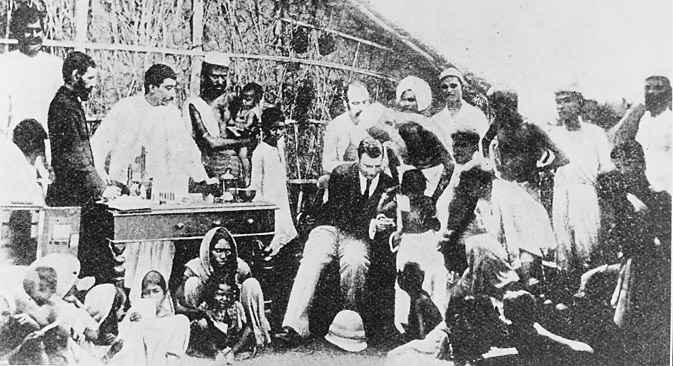 Почетком 1893. бактериолог Владимир Хавкин отпутовао је у Индију и тамо организовао производњу вакцине против колере. Лично је учествовао у вакцинацији више од 42.000 људи. Захваљујући томе број оболелих и смртност међу вакцинисанима смањили су се више десетина пута. Вакцинација по формули Хавкина после тога је постала масовна и у нешто унапређеном виду користи се и данас. Фотографија из слободних извора.