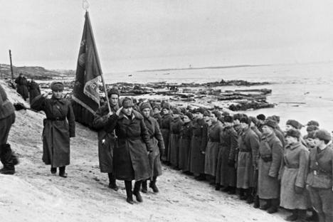 """Пред почетак совјетске контраофанзиве до Стаљинграда је пристигло 160 хиљада војника, 10 хиљада коња, 430 тенкова, 6 хиљада топова и 14 хиљада других борбених возила. У офанзиви је учествовало преко милион војника, хиљаду и по тенкова, 11,5 хиљада минобацача, 1400 """"каћуша"""" и друга техника. Извор: РИА """"Новости""""."""