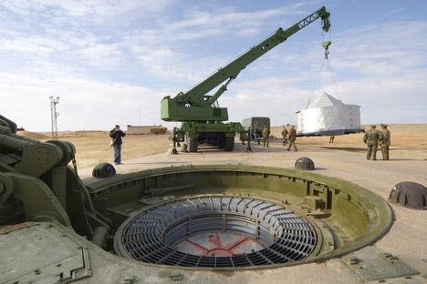 """РС-26 """"Рубеж"""" се лансира са мобилног лансера увис, затим на одређеној висини заузима борбени правац и лети по балистичкој трајекторији, а у силазној путањи на неколико стотина километара пре задатог циља бојева глава неочекивано понире према земљи и наставља да лети као крстарећа ракета. Извор: РИА """"Новости""""."""