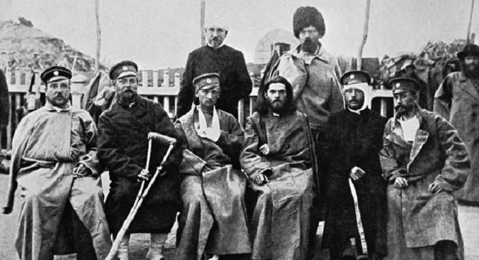 """Војници рањени за време Руско-јапанског рата седе на клупи. Извор: РИА """"Новости""""."""
