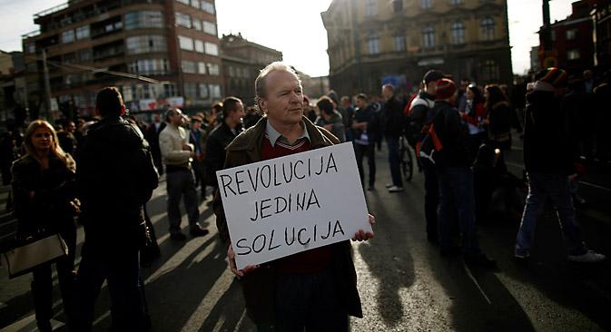 """""""Протести ће се наставити без обзира на уступке које је власт већ учинила у виду оставке руководилаца многих кантона"""". Извор: Reuters."""
