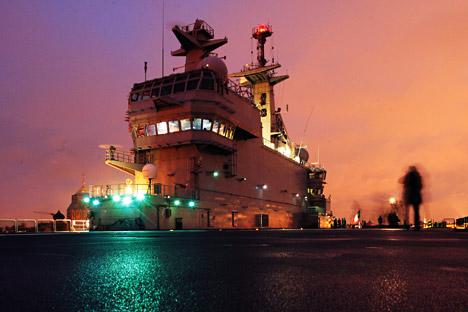 """Узлетна палуба француског војног носача хеликоптера класе """"Мистрал"""". Извор: РИА """"Новости""""."""