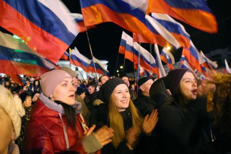 """Становници Симферопоља, престонице Крима, веома су емотивно прославили одлуку о """"повратку кући"""". Извор: AFP / East News."""