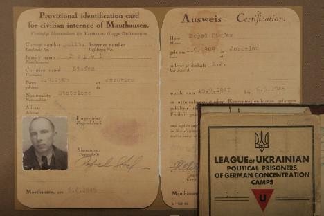 """Документ за самоличност на Степан Бандера (""""Лигата на украинските политически затворници в германските концентрационни лагери""""). В него е записано името Степан Попел. Експонатът е част от изложбата """"Степан Бандера: документите свидетелстват"""" в Националния музей на историята на Украйна в Киев. Снимка: Vostock Photo"""