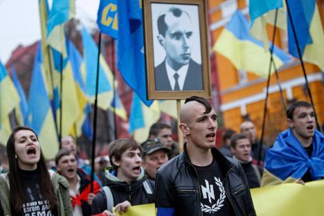 Украински националисти с десни символи и портрета на Степан Бандера (1909-1959), който от 1940 г. ръководи фракцията на Организацията на украинските националисти (ОУН-Б), чиито членове се борят срещу поляците и Червената армия в сътрудничество с нацистите.