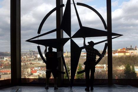 """Министри спољних послова 28 земаља НАТО-а у Бриселу донели су 1. априла одлуку да """"подигну ниво одбрамбене способности источноевропских савезника у контексту руско-украјинске кризе"""". Извор: Reuters."""