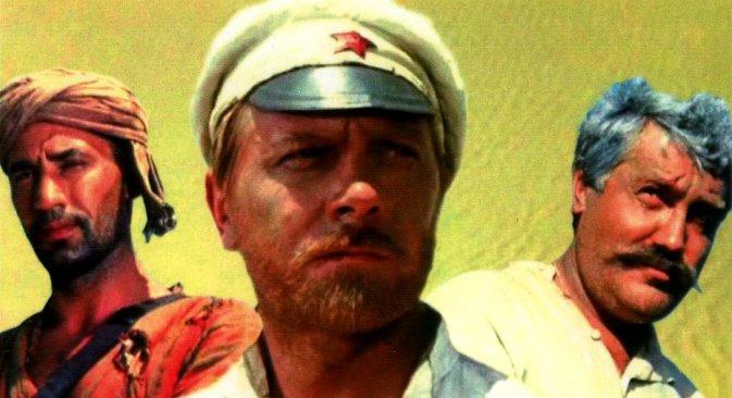 """Главни јунаци истерна """"Бело сунце пустиње"""": друг Сухов, црвеноармејац, један од најпопуларнијих ликова у историји руског филма (у средини), Саид (лево) и цариник Верешчагин, чиновник Руске Империје (десно), кога данашњи руски цариници сматрају својим симболом. Извор: kinopoisk.ru."""