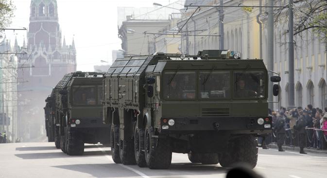 """Заједно са Казахстаном и осталим земљама ОДКБ Русија је створила снаге за брзо реаговање.На слици: """"Искандери"""" на улицама Москве. Извор: РИА """"Новости""""."""