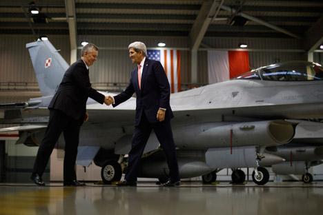 Амерички државни секретар Џон Кери и министар одбране Пољске испред ловца F-16 у војној бази Ласк у Пољској. Извор: AP.