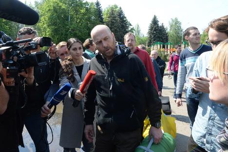 """Ослобођени члан делегације војних посматрача ОЕБС-а Аксел Шнајдер одговара на питања новинара у Славјанску. Извор: РИА """"Новости""""."""