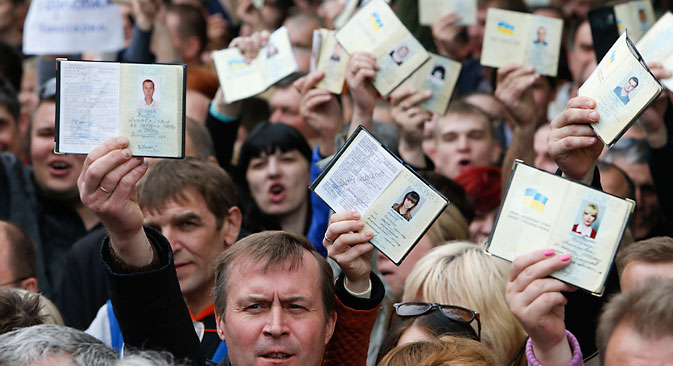 """Становници југоистока Украјине желе да на власти буду њихови представници, а не чиновници који су наметнути """"одозго"""". Извор: Reuters."""