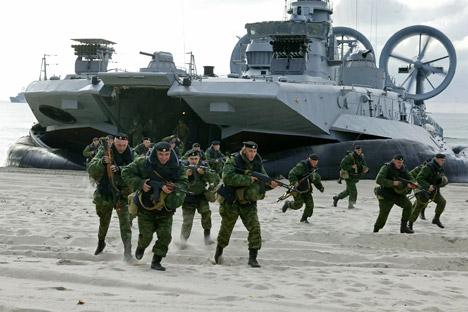 """Вежбе које су руске оружане снаге почеле у ексклави одмах сутрадан после """"Удара сабље"""" показале су да су планови НАТО-а у вези са могућом изолацијом Калињинградске Области унапред осуђени на пропаст. Извор: РИА """"Новости""""."""