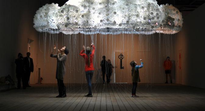 """Изложба """"Традиције наиве и фолклора у савременој уметности"""" у Државном центру за савремену уметност (ГЦСИ). Извор: """"Росијска газета""""."""