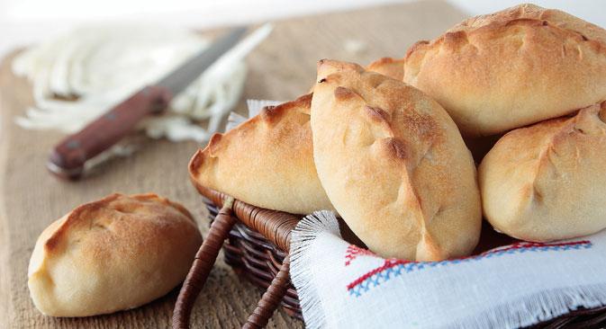 Док се пирог увек пече, пирошке се могу пећи или пржити. Извор: Shutterstock.