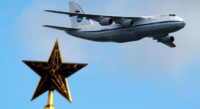 """Ан-124-100 """"Руслан"""" лети изнад кремаљских звезда током пробе Параде Победе. Авион се сматра врхунцем совјетске индустрије. Извор: РИА """"Новости""""."""