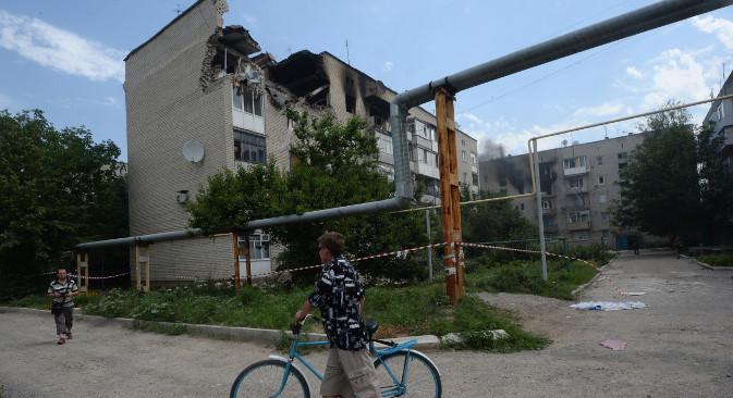 """Стамбена зграда у руском пограничном граду Доњецку оштећена у гранатирању са украјинске територије. Извор: РИА """"Новости""""."""