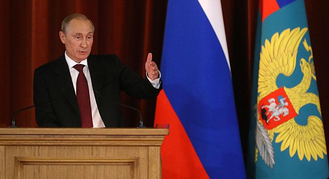 Са трибине Министарства спољних послова председник је упозорио да ће Русија наставити енергично да штити права Руса, сународника у иностранству. Извор: Росијска газета.
