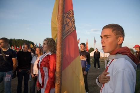 """Певање химне на Сверуском омладинском форуму """"Селигер"""". Фотографија: Аљона Капљина."""