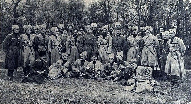 Велики кнез Михаил Александрович међу официрима 2. бригаде Кавкаске староседелачке коњичке дивизије (1914). Фотографија из слободних извора.