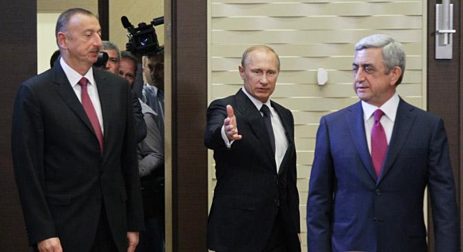 Председник РФ Владимир Путин је у Сочију најпре одвојено поразговарао са Алијевом, затим са Саркисјаном, и тек наредног дана је одржан сусрет све тројице лидера за истим столом. Извор: Росијска газета.