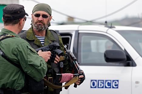 Проруски добровољци чувају аутомобил ОЕБС-а у селу Нижња Кринка код Доњецка. Извор: AP.
