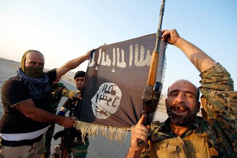 Према речима руских стручњака, борба против ИДИЛ искључиво војним методама неће успети, јер је овај покрет успео да формулише идеологију која је нашла подршку у масама. Извор: Reuters.