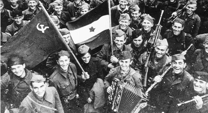 Војници Црвене армије и Народноослободилачке војске Југославије у ослобођеном Београду, 20. октобра 1944. Извор: Vostock-photo.