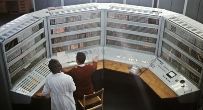 """Командна табла совјетског компјутера класе БЕСМ (разрађене почетком 1950-их) у Обједињеном институту за нуклеарна истраживања (Дубна, Московска Област). Извор: РИА """"Новости""""."""