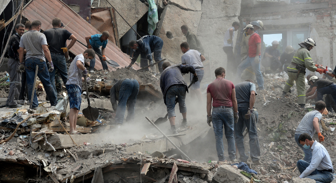 """Рашчишћавање рушевина после ракетирања стамбене четврти у граду Снежноје (околина Доњецка) од стране украјинске армије. Извор: РИА """"Новости""""."""