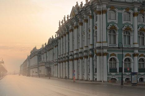 """Зимскиот дворец, главната зграда на """"Ермитаж"""", на брегот на Нева во Санкт Петербург."""