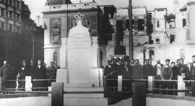 Споменик палим војницима Црвене армије на Тргу републике у Београду, уклоњен после 1948.