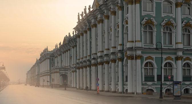 Zimski dvorac, glavno zdanje Ermitaža, nalazi se na obali Neve u Sankt-Peterburgu. Izvor: Getty Images / Fotobank