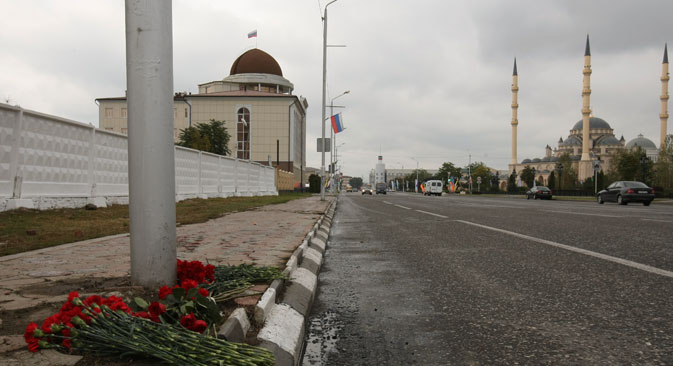 """Цвеће на месту терористичког напада на Проспекту Хусеина Исајева у Грозном. Извор: РИА """"Новости""""."""