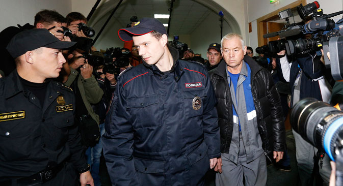 Владимир Мартињенко (десно), возач машине за чишћење снега са којом се сударио де Маржеријев авион, у полицији. Извор: Reuters.