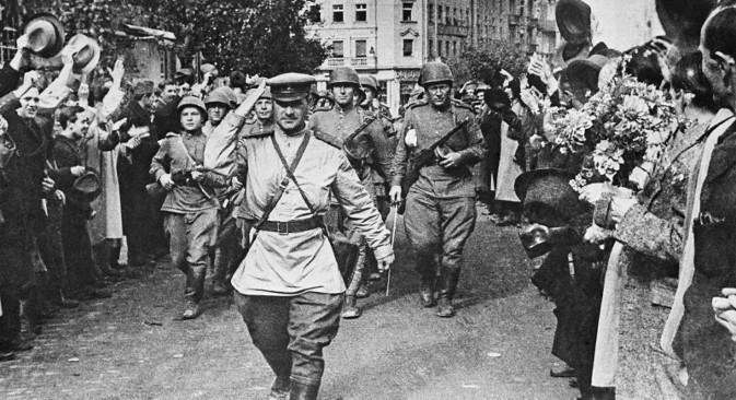 Грађани Београда 25. октобра 1944. поздрављају совјетске војнике ослободиоце. Фотографија: Јевгениј Халдеј / ТАСС.