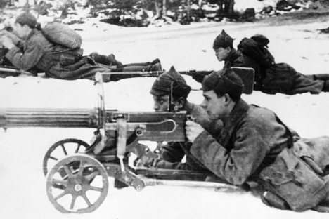"""Митраљезац Црвене армије у снеговима Карелије. Иако је температура веч на почетку рата пала на -30, совјетско руководство је планирало да кампању оконча за пар недеља. Извор: РИА """"Новости""""."""