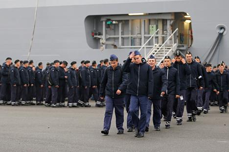 """Током 1990-их и 2000-их се веровало да Русија може равноправно учествовати у светском систему поделе рада. На слици: руски морнари у Сен Назеру напуштају брод """"Владивосток"""", који је Русија платила, али и даље није добила. Извор: Reuters."""