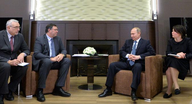 """На састанку са Патриком Пујанеом, новим директором нафтног гиганта """"Тотал"""" (28. новембра), председник РФ Владимир Путин изјавио је да решење ОПЕК-а не представља опасност за Русију. Извор: Reuters."""