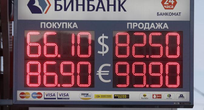 Бројке изнад улаза у банке на улицама Москве које пре месец дана нико није могао ни да замисли. Извор: Reuters.